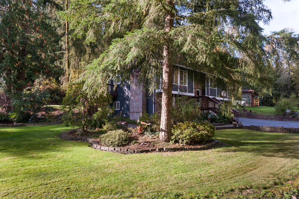24-woodinville-cottage-lake-home-for-sale-side-lot.jpg